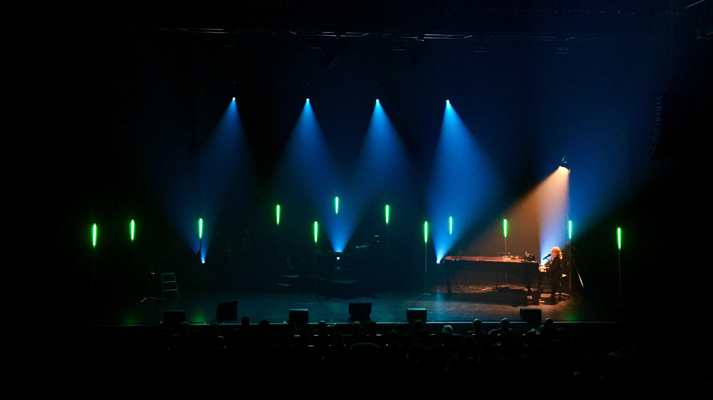 Christophe au piano lors de sa tournée Intime Tour (2017/2018)